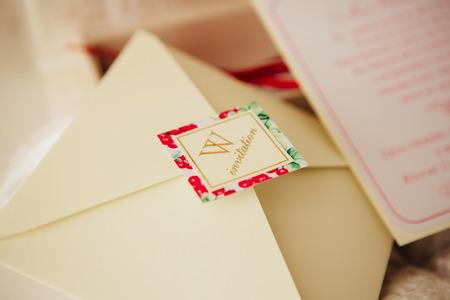 Hermosas invitaciones de boda hechas a mano en la mesa Foto de archivo