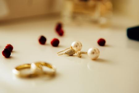 wedding rings and earrings on the table Zdjęcie Seryjne
