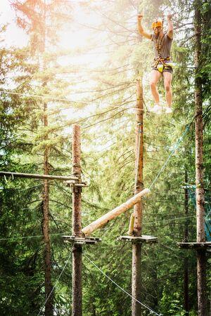 saltar la cuerda: El individuo joven est� subiendo en la cuerda de escalada bosque en la naturaleza bakgrund
