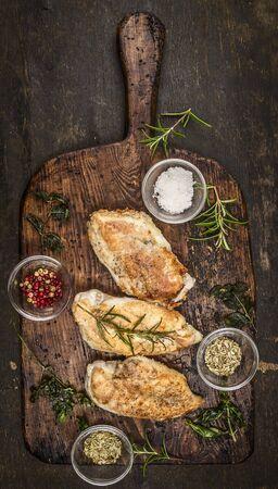 brasiere: Picante de pechuga de pollo cocido al horno en tarjeta r�stica destripamiento de madera, vista desde arriba Foto de archivo