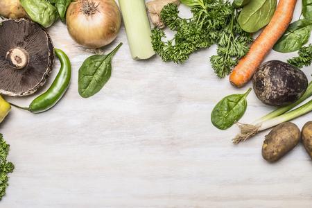 het najaar van verse groenten groenten en kruiden op een witte rustieke achtergrond bovenaanzicht Stockfoto
