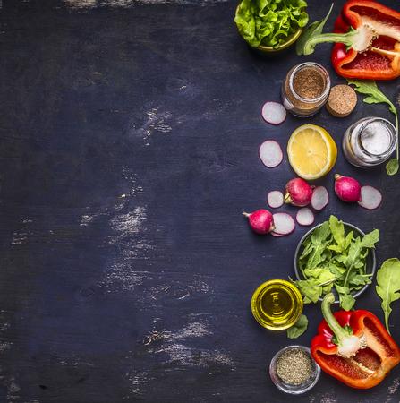 verduras verdes: sal r�bano lim�n r�cula lechuga pimienta condimento varios apilados frutos de banner vertical fronterizos y verduras espacio para el texto en r�stica vista fondo de madera superior