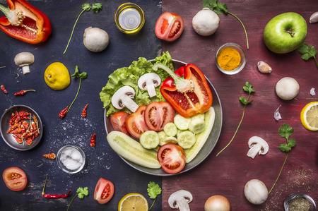 lechuga: Concepto de cocinar los pepinos en rodajas de alimentos vegetarianos, tomates, cebollas setas lechuga pepinos manzanas en una sartén con especias y hierbas en el fondo de madera rústica vista desde arriba de cerca