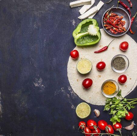 verduras en rodajas en la tortilla, Ingredientes para cocinar burritos frontera con área de texto en el fondo de madera rústica Vista superior verticales