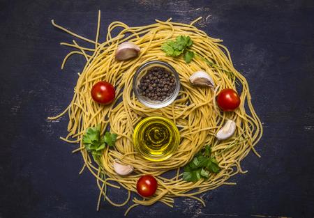 cereza: Ingredientes para la cocci�n de la pasta hecha en casa cruda con tomates cherry, el perejil, la pimienta y la mantequilla en el fondo de madera r�stica vista desde arriba de cerca
