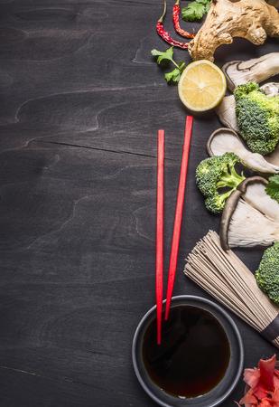 jengibre: Los alimentos saludables, concepto cocinar fideos de trigo sarraceno japonés con jengibre, hongos ostra, salsa de soja en la vista superior fondo rústico de madera de la frontera, el lugar de texto