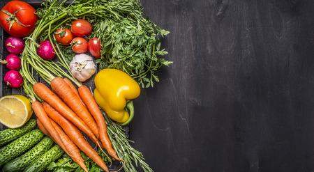 l�gumes verts: Colorful diverses tomates l�gumes biologiques de la ferme des carottes cerises, ail, concombre, citron, poivre, radis, cuill�re en bois sel poivre de couleur, de l'huile de fond en bois rustique vue de dessus la fronti�re, de placer du texte