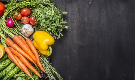 Colorful différents de légumes biologiques de la ferme dans une boîte en bois sur bois vue de dessus de fond rustique de près la frontière, place pour le texte