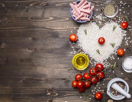 tomate cherry: Los alimentos saludables, la cocci�n y el concepto de risotto con jam�n, aceite, tomates cherry, arroz coraz�n de baldosas, d�a de San Valent�n frontera, el lugar de texto en el fondo de madera r�stica vista desde arriba se cierran para arriba Foto de archivo