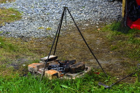 Cocinar en un fuego al aire libre, fuego, colocarse sobre tres soportes debajo del pote