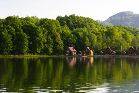 Vista sobre el gran lago hermoso para descansar y pescar, Ucrania Foto de archivo - 81260844