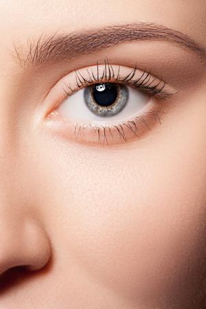 maquillage yeux: Naturelle des yeux maquillage gros plan.