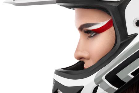 Schöne Mädchen mit Make-up in einem Helm.