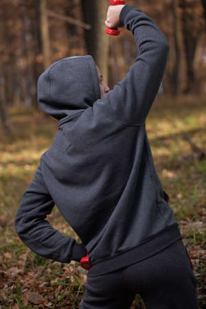 ropa deportiva: El hombre en ropa deportiva relaja en el bosque.