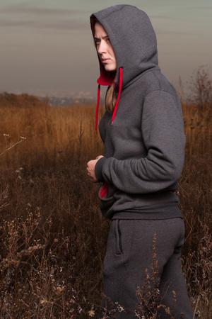 ropa deportiva: La chica en ropa deportiva est� descansando en el bosque.