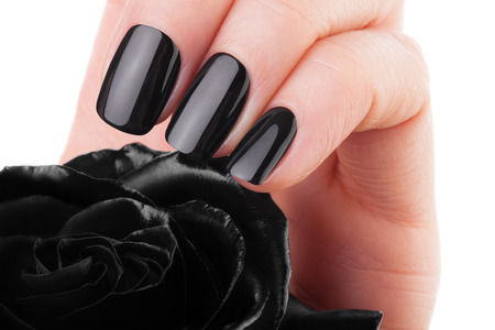 Très belle ongles noirs gros plan d'une fleur.