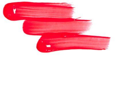 Red lip gloss su uno sfondo bianco close-up.