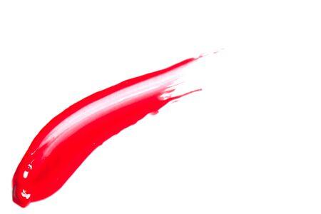 Red lip gloss su uno sfondo bianco close-up. Archivio Fotografico
