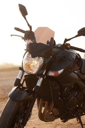 Ein schwarzes Motorrad in der Wüste im Herbst. Standard-Bild