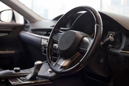 Interior de coche nuevo desconocido con transmisión manual. Transporte moderno.