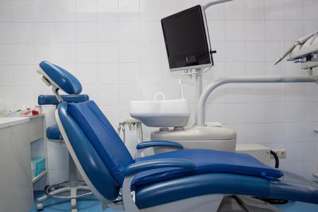 Zahnbehandlungseinheit und Servicegeräte. Zahnarztpraxis. Gesunder Lebensstil.