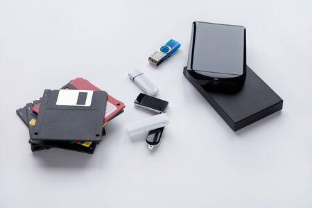 Die Entwicklung digitaler Geräte zur Übertragung und Speicherung von Informationen. Objekte isoliert auf weißem Hintergrund.