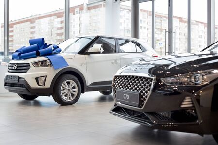 Russia, Izhevsk - October 10, 2019: New modern cars in the Hyundai showroom. Famous world brand. Standard-Bild - 134500760