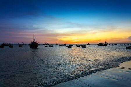 barca da pesca: tramonto nel porto di pesca in mare e le sagome delle barche (Thailandia)