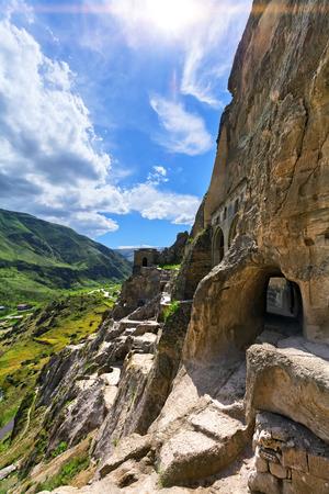 rustaveli: Landscape with views of the cave monastery of Vardzia. (Gruziya)