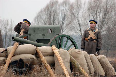 reenacting: Reenacting militari storici. Guerra civile in Russia. 1918. Reenacting battaglia vicino villaggio Kruti nel 1918.  Archivio Fotografico