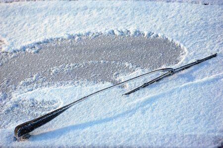 Auto voorruit bedekt met ijs en sneeuw. Kiev, Oekraïne