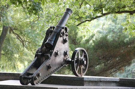 artillery shell: Ca�ones de Rusia del siglo 18 en la hist�rica ciudad de Chernihov de Rusia, Ucrania, Foto de archivo