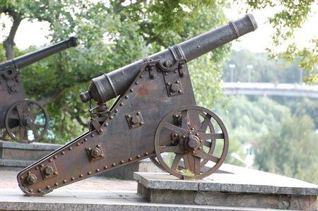artillery shell: Ruso ca��n del siglo 18 en el hist�rico pueblo ruso Chernihov, Ucrania