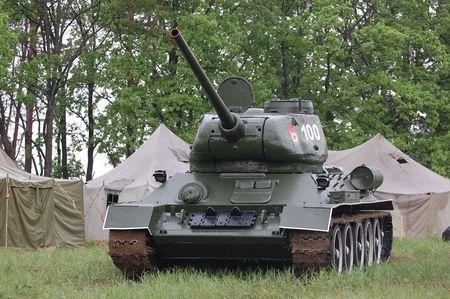 war tank: KIEV, Ucrania - el 10 de mayo: Tanque sovi�tico T-34 durante la recreaci�n hist�rica de 1945 la Segunda Guerra Mundial, el 10 de mayo de 2010 en Kiev, Ucrania