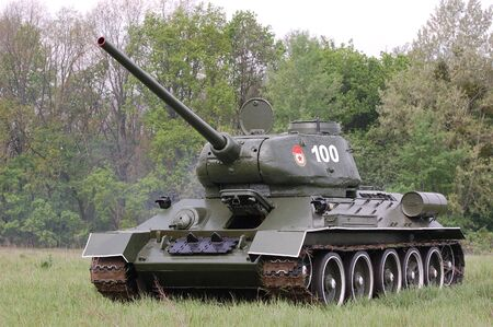 キエフ, ウクライナ - 5 月 10 日: ソビエト タンク T 34 中でキエフ、ウクライナ 2010 年 5 月 10 日 1945年第二次世界大戦の歴史の再現に 写真素材 - 7551285