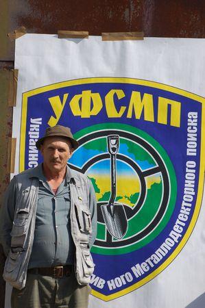Kiew, UKRAINE - SEP 11: Mitglied der ukrainischen Federation of Metal Searchin Sport auf der ersten ukrainischen Wettbewerb der Schatzsuche, 11 September 2010 in Kiew, Ukraine  Lizenzfreie Bilder - 7738994