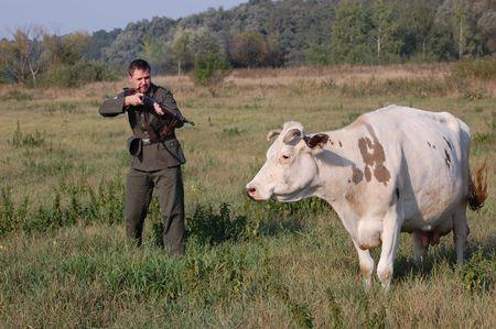 reenacting: Soldato tedesco vuole uccidere la mucca. WW2 reenacting