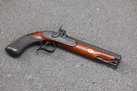 flint gun: pistola antig�edad