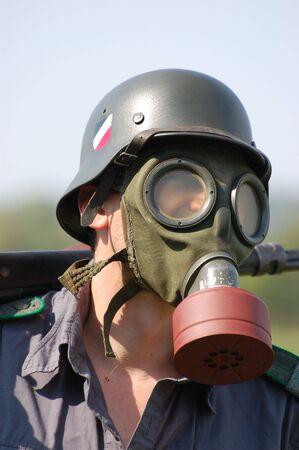reenacting: Soldato tedesco in maschera antigas. WW2 reenacting