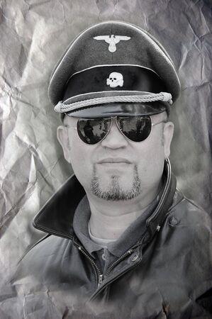 reenacting: KIEV, Ucraina - 8 maggio: Persona in uniforme ufficiale delle SS. WW2 reenacting, 8 maggio 2010 a Kiev, in Ucraina.
