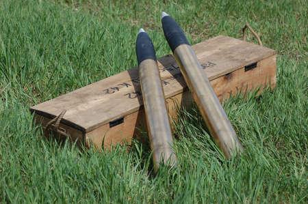 artillery shell: KIEV, Ucrania - el 8 de mayo: Club de la historia militar estrella roja. R�plica de municiones y armas alemana durante la recreaci�n hist�rica de la guerra el 8 de mayo de 2011 en Kiev, Ucrania