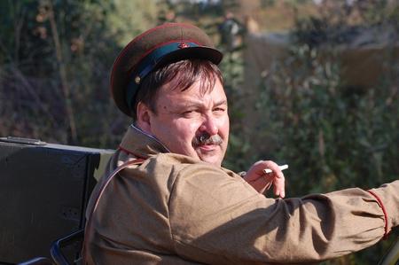 reenacting: KIEV, Ucraina-18 settembre: Membro del club di storia Red Stella indossa storico sovietica uniforme durante la ricostruzione storica della seconda guerra mondiale, 18 settembre 2011 a Kiev, Ucraina