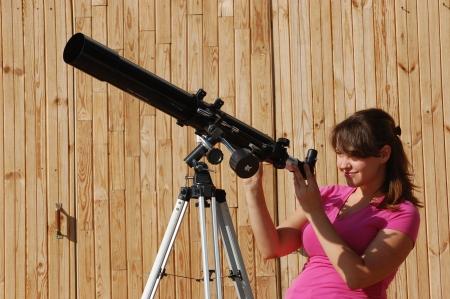Muchacha adolescente y el telescopio Cerca de Kiev, Ucrania