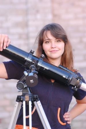 Muchacha adolescente y el telescopio cerca de Kiev, Ucrania Foto de archivo