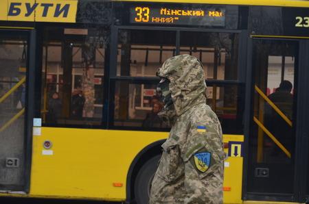 batallon: KIEV, Ucrania - 02 de febrero 2015: Los nacionalistas ucranianos del Batall�n de protesta contra el presidente manifestantes Poroshenko-- quem� pir�mide de neum�ticos cerca de la puerta del Ministerio de Defensa