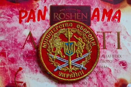 bandera panama: Chevron del Ej�rcito de Ucrania. Con el logotipo de la marca Roshen Inc. Roshen es caracter�stica de presidente de Ucrania Poroshenko.At abril 6,2016 en Kiev, Ucrania