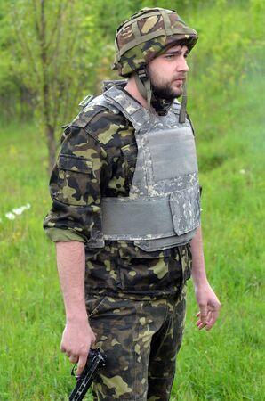 batallon: Una persona no identificada lleva moderna nazionalist Ucrania batall�n uniforme Editorial