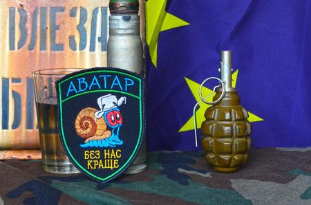 unicef: Avatar.Unformal chevron di esercito ucraino per l'alcol dipendenza soldiers.EU Segnala come background.Ukraine proteggere il mondo da aggressione russa