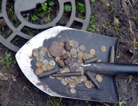 Trouvé avec détecteur de métal près de Kiev.Pièces de monnaie russe, détecteur de métal et pelle