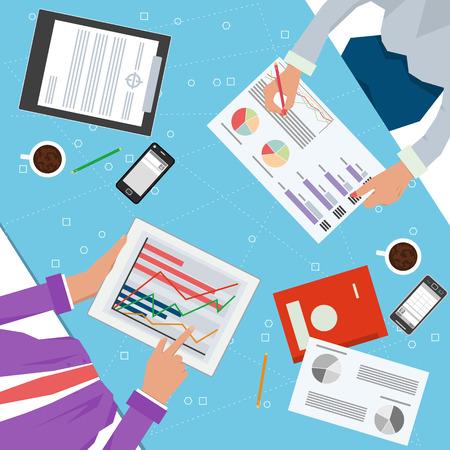 작업 프로세스의 벡터 개념입니다. 두 노동자와 함께 책상의 상위 뷰 손, 태블릿, 문서, 전화, 컵, 연필 및 비즈니스 팀에 대 한 다른 office 요소. 플랫 스
